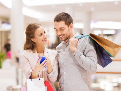 Photographie d'un couple (homme/femme) faisant des achats dans une boutique