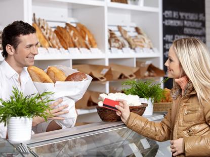 Photographie d'une cliente et d'un vendeur dans une boulangerie