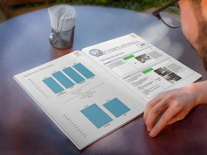 Photographie d'un homme qui consulte une brochure avec des graphiques