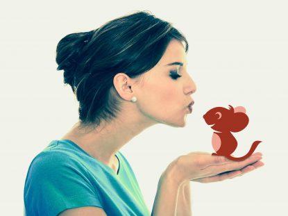 Photographie d'une femme qui tiens la souris Smice dans ses mains et lui fait un bisous