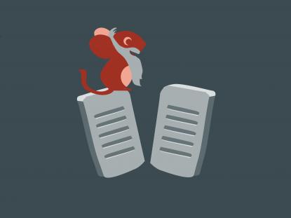 Illustration de la souris Smice (qui porte une barbe) debout sur des tablettes gravées