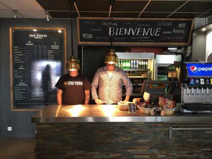 Comptoir du restaurant Jean Burger à Limoges montrant 2 personnes dont le visage est caché par les lampadaires